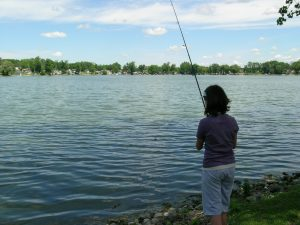 Projector strateginya adalah menunggu undangan, mirip seperti pemancing yang menunggu ikan menggigit umpannya.
